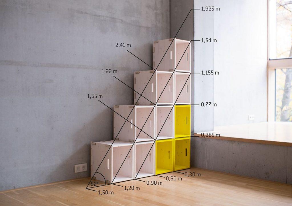Stufenregal aus Holzkisten für Dachschrägen