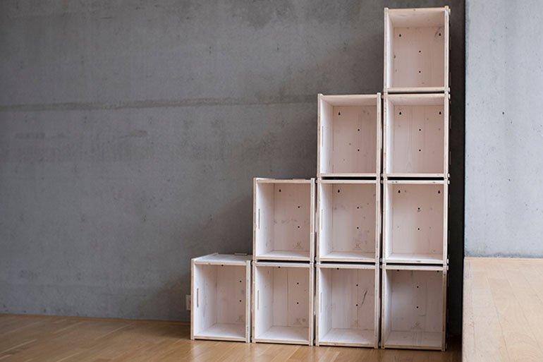 Weiße Regal mit Stufen aus Holz - frei planbar.
