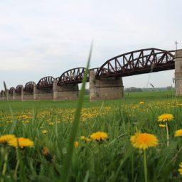 Die Dömitzer Eisenbahnbrücke an der Elbe