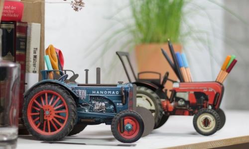 Traktor-Oldtimer als Stifteboxen