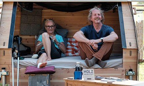 Eva und Holger Danneberg sitzen in einem Bett to Go.